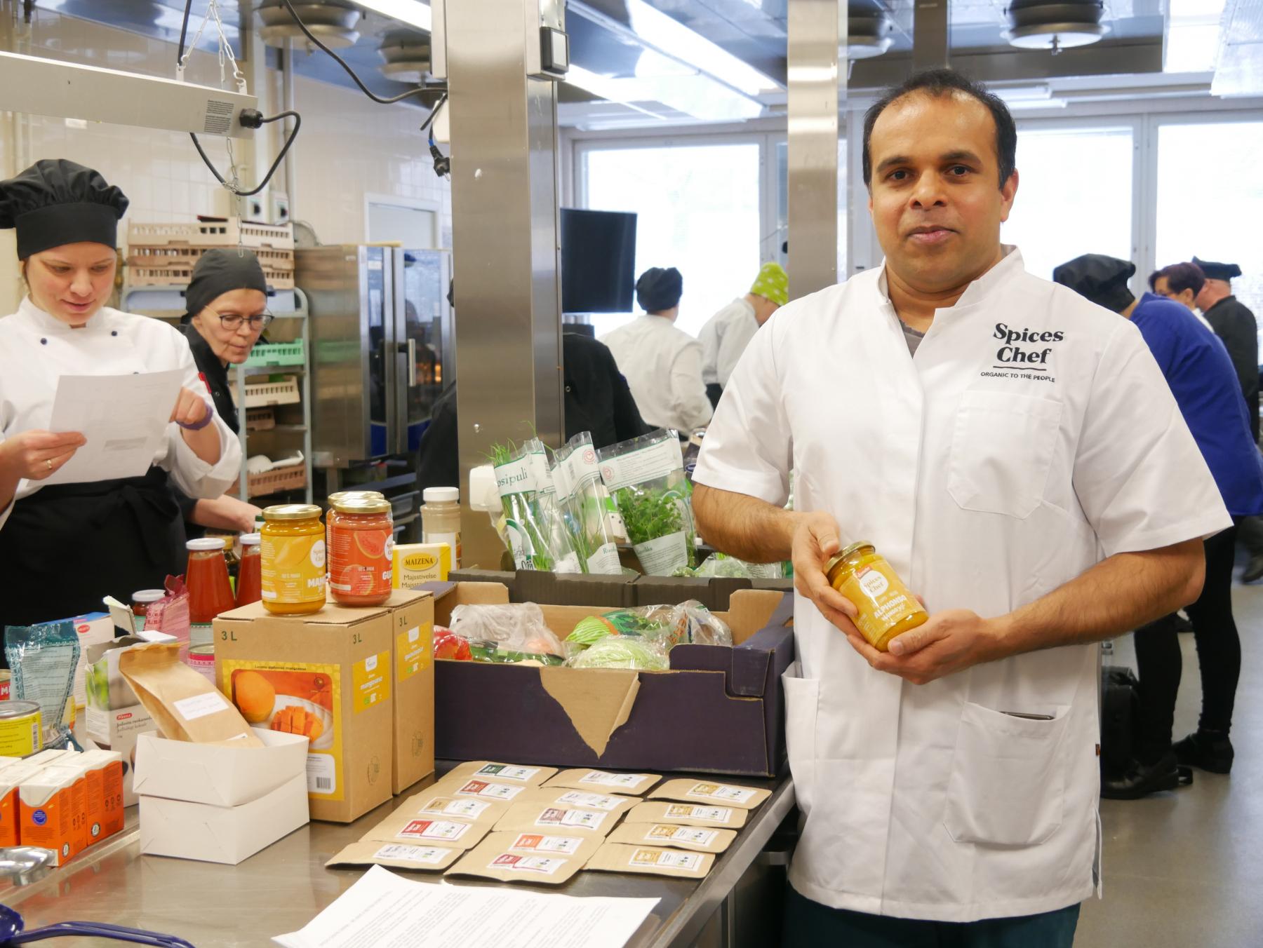 Spices Chefin toimitusjohtaja Pramod Jayaprakash esitteli brändin tuotteita Riverian opetuskeittiöllä.